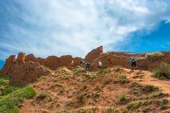 Un groupe de touristes lèvent la colline dans le conte de fées de canyon, kirghiz image libre de droits