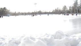 Un groupe de trains de patineurs à la piste ouverte en parc d'hiver au stade banque de vidéos