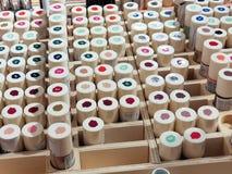 Un groupe de vernis à ongles coloré dans la boîte en bois photo stock