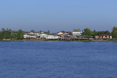 Un groupe de vieilles et nouvelles maisons donnant sur la rivière Photos stock