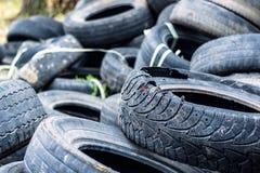 Un groupe de vieux pneus des voitures d'occasion photo stock
