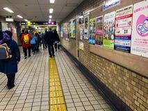 Un groupe de voyageurs musulmans avec une poussette de bébé à la station de train d'Ogimachi images libres de droits