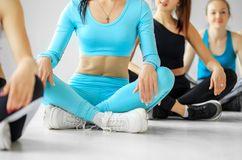 Un groupe de yoga est engagé dans la formation dans le gymnase Le concept des sports, mode de vie sain, forme physique, s'?tendan image stock