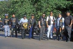 Un groupe des hommes avec leur Harley Davidsons de l'association latino-américaine de moto font une pause à Dallas, le Texas pend Photographie stock libre de droits