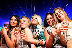 Un groupe des jeunes dans le club Images stock