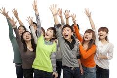 Un groupe des jeunes recherchant dans l'excitation photographie stock