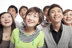 Un groupe des jeunes recherchant dans l'excitation photographie stock libre de droits
