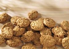 Un groupe entier de biscuits sur une surface en bois Image stock
