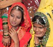 Un groupe non identifié de filles dans le vêtement ethnique coloré est présent Image libre de droits