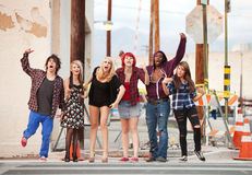 Un grupo de adolescencias punkyes enojadas jovenes Imagenes de archivo