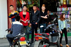 Ciudad vieja de Pixian, China: Adolescencias que cuelgan hacia fuera Foto de archivo