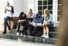Un grupo de adolescentes diversos que tienen conversación Fotos de archivo
