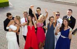 Un grupo de adolescentes en el baile de fin de curso que presenta para una foto Foto de archivo libre de regalías