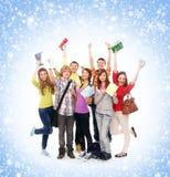 Un grupo de adolescentes felices que saltan en la hierba Foto de archivo libre de regalías