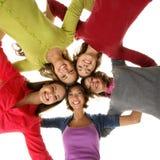 Un grupo de adolescentes felices que se ligan Imágenes de archivo libres de regalías