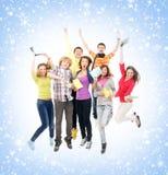 Un grupo de adolescentes jovenes en un fondo nevoso Fotografía de archivo