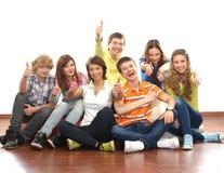 Un grupo de adolescentes jovenes que cuelgan hacia fuera junto Fotos de archivo