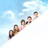 Un grupo de adolescentes jovenes que sostienen una bandera blanca Imagen de archivo