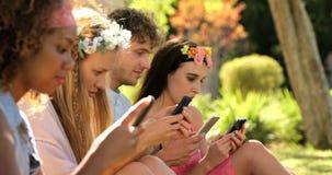 Un grupo de amigos del inconformista que miran en su smartphone metrajes