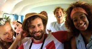 Un grupo de amigos del inconformista que se sientan en la furgoneta y que se divierten almacen de metraje de vídeo