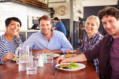 Un grupo de amigos que almuerzan en un restaurante Imágenes de archivo libres de regalías
