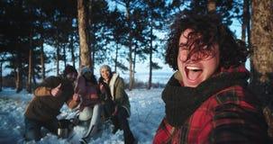 Un grupo de amigos que disfrutaban del tiempo juntos en el medio del bosque nevoso muy los excitó tiene un buen rato en almacen de video
