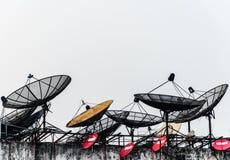 Un grupo de antenas parabólicas Imagen de archivo