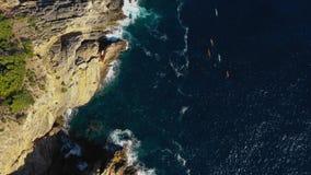 Un grupo de atletas nada en los kajaks alrededor del Eastern Cape de la isla de Ibiza Vista aérea de las islas de Balear almacen de metraje de vídeo