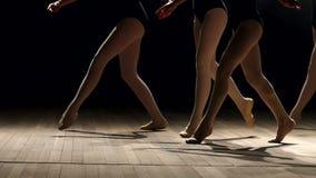 Un grupo de bailarinas que bailan en etapa en la oscuridad almacen de metraje de vídeo