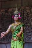 Un grupo de bailarines de Aspara se realizaba en un público se realiza en Siem Reap, Camboya Fotografía de archivo