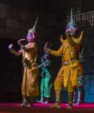 Un grupo de bailarines de Aspara se realizaba en un público se realiza en Siem Reap, Camboya Foto de archivo