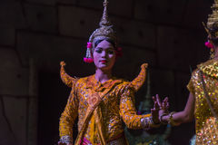 Un grupo de bailarines de Aspara se realizaba en un público se realiza en Siem Reap, Camboya Fotos de archivo