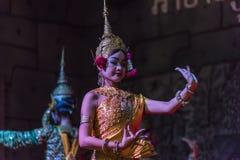 Un grupo de bailarines de Aspara se realizaba en un público se realiza en Siem Reap, Camboya Imagenes de archivo