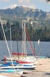 Un grupo de barcos de vela en el muelle Fotos de archivo
