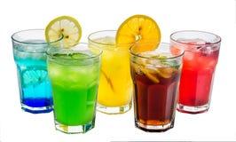 Un grupo de bebidas de enfriamiento en un fondo aislado blanco imágenes de archivo libres de regalías