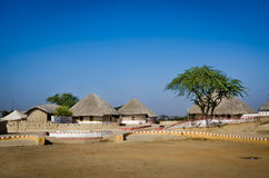 Un grupo de Bhungas cerca del pueblo de Hodka, Kutch, la India Foto de archivo libre de regalías