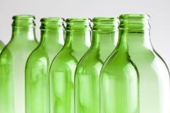 Un grupo de botellas de cerveza verdes imagen de archivo