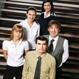 Un grupo de businesspersons jovenes en ropa formal Fotos de archivo
