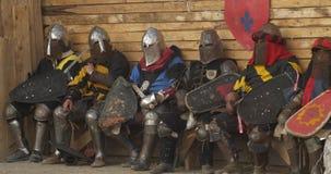 Un grupo de caballeros en la disposición de combate completa que aguardan batalla almacen de video