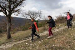 Un grupo de caminantes explora las trayectorias de la montaña Imágenes de archivo libres de regalías