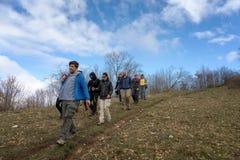 Un grupo de caminantes explora las trayectorias de la montaña Fotos de archivo libres de regalías