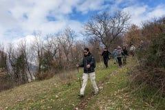 Un grupo de caminantes explora las trayectorias de la montaña Fotos de archivo