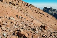 Un grupo de caminantes que descienden el monte Kenia fotos de archivo