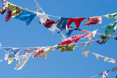 Un grupo de camisas coloreadas en una cuerda para tender la ropa Fotos de archivo