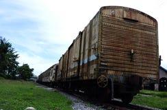 Un grupo de carros viejos del tren a la izquierda aherrumbró Imagen de archivo