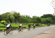 Un grupo de ciclistas monta en un parque en una bicicleta Fotos de archivo libres de regalías