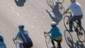 Un grupo de ciclistas Movimiento total en las bicicletas para una forma de vida sana cycling Visi?n desde arriba metrajes