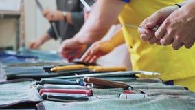 Un grupo de cocineros afila los cuchillos Las cocinas se preparan para la clase principal almacen de video