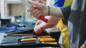 Un grupo de cocineros afila los cuchillos Las cocinas se preparan para la clase principal metrajes