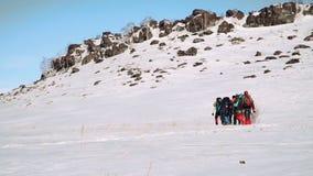 Un grupo de escaladores asaltó con confianza la montaña nevada, ellos está cansado sino guardar el ir almacen de video
